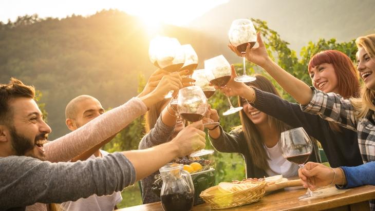Si quieres vivir mucho, guarda un poco de vino rancio y un amigo viejo